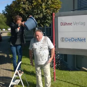 Dr. Joachim Bengelsdorf vom Dähne Verlag stellt sich der Ice Bucket Challenge.