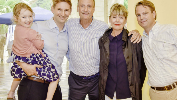 Der Jubilar – hier im Kreis einiger Familienmitglieder (v. l.): Anna, Philip C., Hanns-Joachim, Petra und Niklas Köllner – freute sich über die vielen Glückwünsche.
