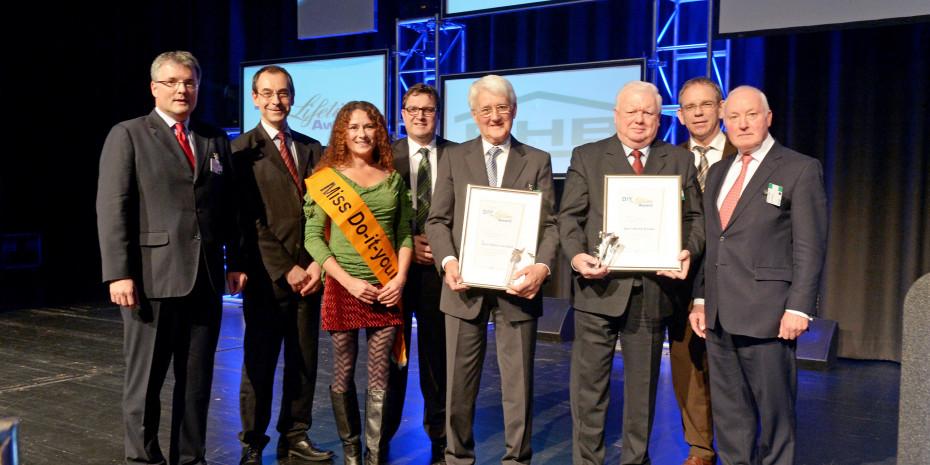 Die beiden DIY-Lifetime-Award-Preisträger Karl-Heinz Knoke und Dr. Gerd Müller-van Ißem (3. und 4 v. r.) zusammen mit dem Laudator John W. Herbert (r.), Martina Lammel, der aktuellen Miss DIY (3. v. l.), sowie den Jury-Mitgliedern Dr. Peter Wüst (l.), Marc Dähne (2. v. l.), Johannes Welsch (4. v. l.) und Ralf Rahmede (2. v. r.).