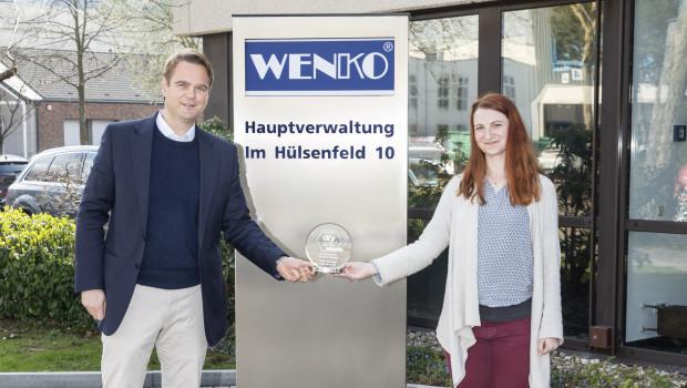 Wenko-Geschäftsführer Niklas Koellner (l.) nimmt von diy-Redakteurin Laura Rinn die neu gestaltete Auszeichnung für das Produkt 2020/2021 seines Unternehmens entgegen.