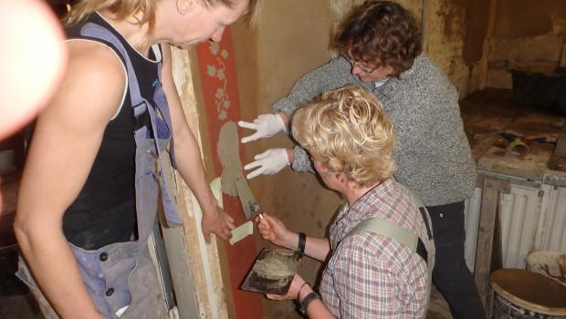 Praxiskurse von Beatrice Ortlepp vermitteln das Arbeiten mit Lehm.