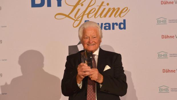 Dieter Schulz, Gründer und Inhaber der Schulz Farbenfabriken, hat in Bonn den DIY Lifetime Award bekommen.