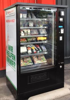 Der neue Verkaufsautomat Rescue-Shop vor dem Hagebaumarkt Kaarst ist befüllt mit häufig nachgefragten Artikeln. [Bild: Hagebau]