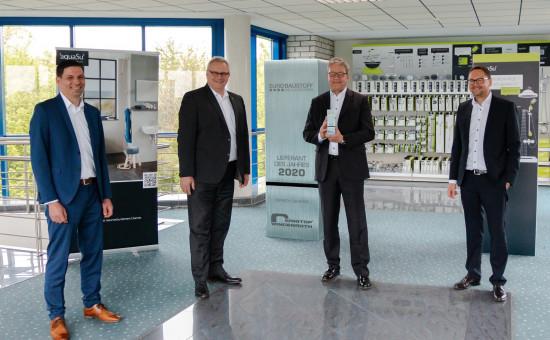 Thilo Becker und Joachim Schock (von links) übergaben die Auszeichnung an Christoph Bender und Christian Hajek von Sanitop-Wingenroth.