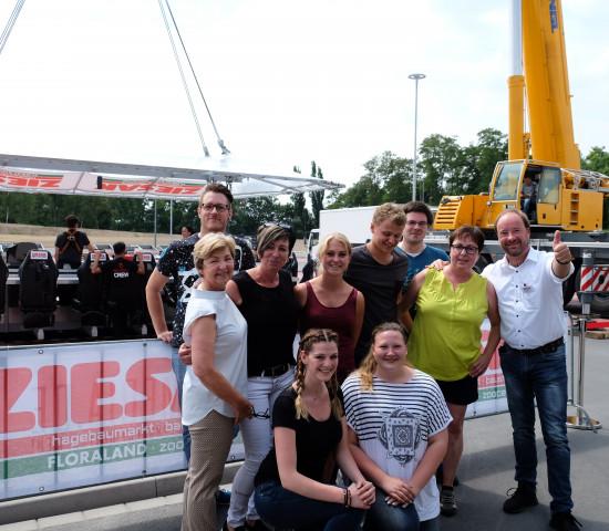 Hatten viel Spaß in luftiger Höhe: Eine Gruppe von Sky-Grillern beim Ziesak-Event mit Marktleiter Tom Sattler (r.).