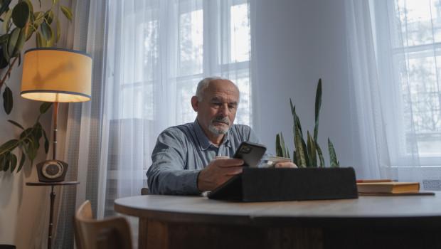 Online-Shopping ist in allen Altersgruppen fast gleich beliebt. Auch von den Internetnutzern über 65 Jahre kaufen 93 Prozent im Netz ein.