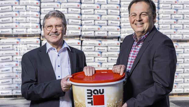 Thomas Löckinger (re) übernimmt zum 1. August die Baumarkt-Vertriebsleitung für die Baumit GmbH in Österreich. Er folgt auf Johann Holy (li), der nach 21 Jahren seinen Ruhestand antritt.