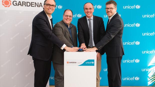 Drücken den blauen Knopf zum Start der Partnerschaft (von links): Dr. Jasper Bröker (Leiter Unternehmenspartnerschaften UNICEF Deutschland), Heribert Wettels (Director Public Relations Gardena), Christian Schneider (Geschäftsführer UNICEF Deutschland), Joachim Heppler (Director Global Product Management Gardena).