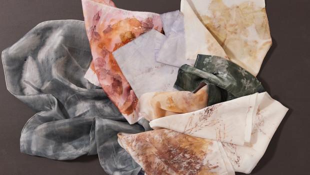 Dieses Textildesign mit Naturfarben, Ökodruck, Sonnendruck und Digitaldruck stammt vom VIA University College, Design & Business.