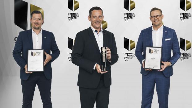 Marc-Sven Mengis, Vorsitzender der Geschäftsführung bei Fischer (Mitte), sowie Jens Zimmerlin (l.), Abteilungsleiter Produktmanagement Chemie, und Volker Amann, Bereichsgeschäftsführer Internationales Marketing, freuen sich über fünf Auszeichnungen beim German Brand Award.