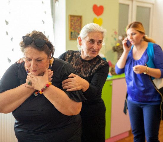 Erste Hilfe: Angeleitet durch das Georgische Rote Kreuz üben die Erzieherinnen des Kindergartens in Ambrolauri den Ernstfall.