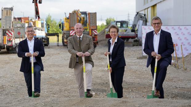 Spatenstich in Traun (v. l.): Bürgermeister Rudolf Scharinger, Landesrat Max Hiegelsberger, RWA-Bereichsleiterin Ingrid Peraus und RWA-Vorstandsdirektor Stefan Mayerhofer.