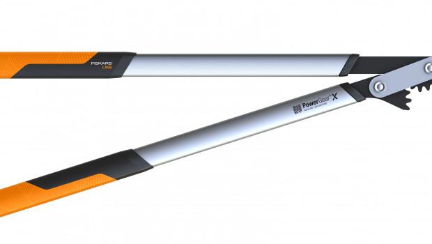 Die Fiskars PowerGearX Astschere L bietet durch ihren patentierten Getriebemechanismus eine bis zu dreimal höhere Schneidleistung im Vergleich zu herkömmlichen Astscheren, so der Anbieter.