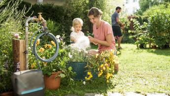 Ruheständler, Jungsenioren und Familien machen die Gartenarbeit