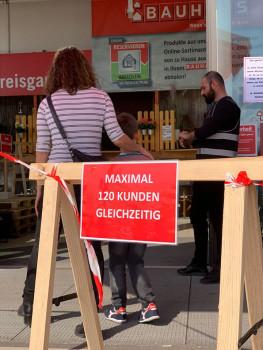 Schutzmaßnahmen bei Bauhaus: Einlasskontrolle ... (Bild: Bauhaus)