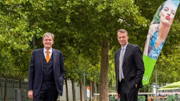 Peter Ottmann (l.), Geschäftsführer Nürnberg-Messe, und Lutze von Wurmb, Präsident Bundesverband Garten-, Landschafts- und Sportplatzbau, haben eine weitere Zusammenarbeit vereinbart.