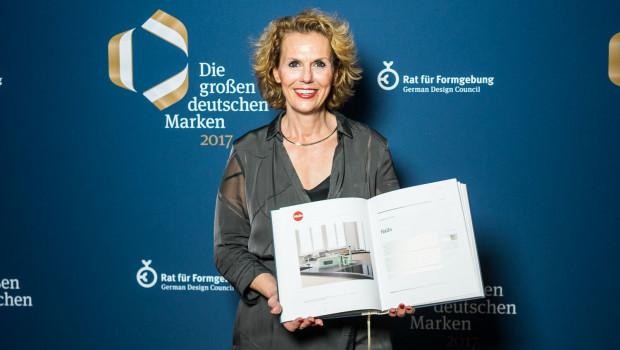 """Daniela Grumbach, Marketingleiterin Hailo Konsumgüter, nahm das Buch """"Die großen deutschen Marken"""" stellvertretend für Geschäftsführer Jörg Lindemann entgegen."""