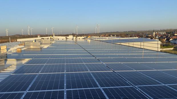 Rund 2.000 Solarmodule wurden auf dem Dach des Unternehmens angebracht.