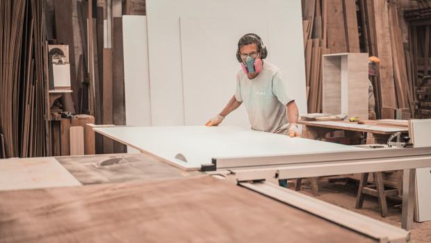 Der beliebte Werkstoff Holz ist in diesem Jahr besonders von den Preissteigerungen betroffen.