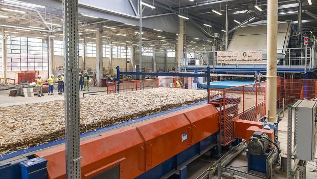 Die Produktion der ersten Swiss Krono OSB/bright im neu eingerichteten Werk Vásárosnamény.