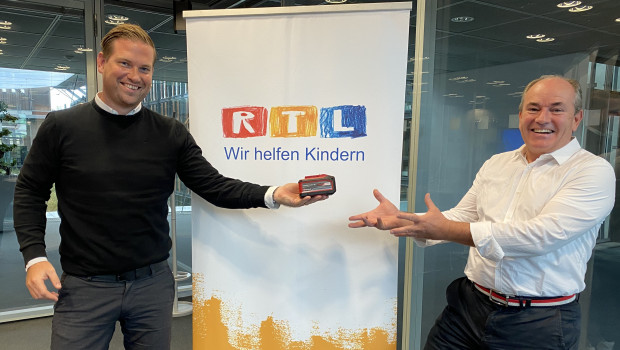 Julian Bohry, Marketingleiter Einhell Germany AG (l.), und Wolfram Kons, Moderator des RTL-Spendenmarathon und Gesamt-Leiter Charity bei RTL, freuen sich über die Zusammenarbeit.