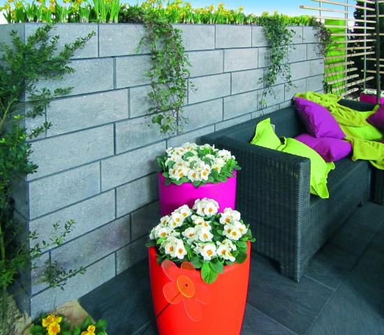 Der preisgekrönte Stein Tosa hebt sich durch sein modernes Design ab. Er orientiert sich am Trend zu mit großformatigen Platten gestalteten Terrassen.
