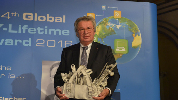 Im Rahmen eines festlichen Gala-Dinners hat Prof. Klaus Fischer den Global DIY Lifetime Award entgegengenommen.
