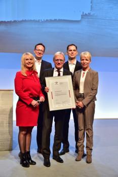 """Detlef Riesche, Sprecher der Toom-Geschäftsführung (Mitte), ist stolz über das Zertifikat """"berufundfamilie""""."""