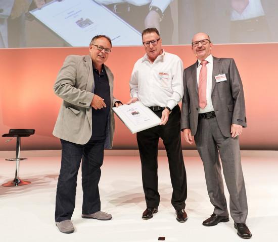 Urkunde für besten Kundenbaumarkt 2016: Erich Huwer (Mitte), Michael Fuchs (r., Konzept & Markt) und Dr. Joachim Bengelsdorf (Dähne Verlag)