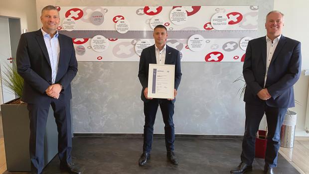 Auditor Jürgen A. Freund (von links) übergab das Zertifikat an René Humm, Beauftragter für Managementsysteme, und GeschäftsführerSebastian Laus.