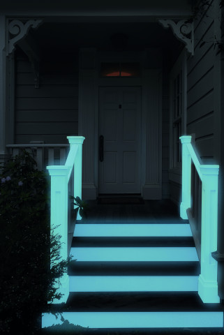 Durch die fluoreszierende Farbe, die in Naturlight enthalten ist, lässt sich beispielsweise ein Hauseingang auf stromsparende Weise beleuchten.