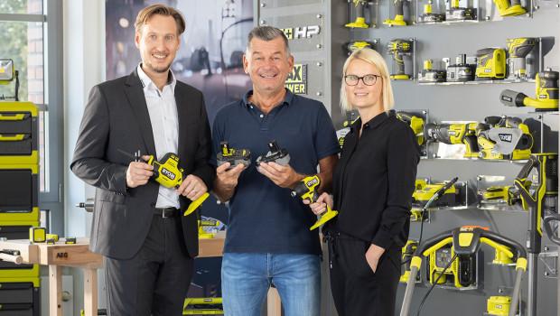 Markus Monjau, Commercial Director Retail GALP bei TTI (von links), Moderator Mark Kühler und Ina Willutzki, Marketing Manager Consumer bei TTI, freuen sich auf die Zusammenarbeit.