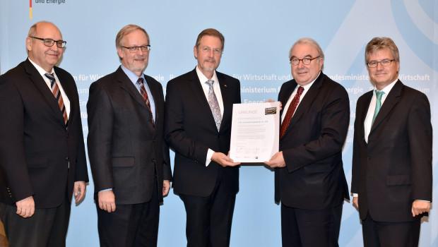 Dr. Hans-Joachim Weintz (J.W. Ostendorf) (dritter v. l.) erhält die Urkunde vom Parlamentarischen Staatssekretär beim Bundesministerium für Wirtschaft und Energie, Uwe Beckmeyer.