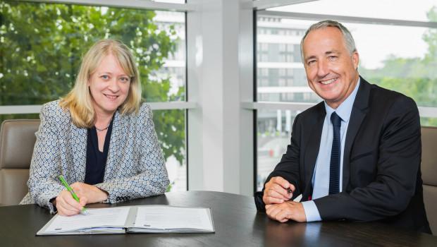 Andrea Kirchhoff, Geschäftsführerin der BGI Service UG, und Oliver P. Kuhrt, Geschäftsführer der Messe Essen, haben die Kooperationsvereinbarung in Essen unterzeichnet.
