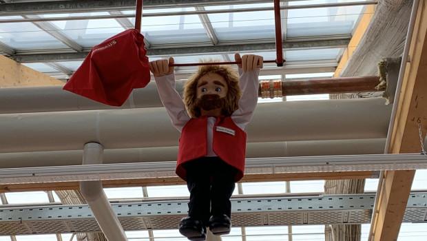 Der Knauber-Clown dreht, nun in Bauhaus-Outfit, in den neuen Fachcentren seine Runden.