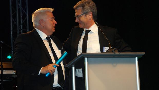 Der Bauvista-Staffelstab ist übergeben: Michael Spiess (r.) und Wolfgang Colloseus am Mittwochabend in Bad Salzuflen.