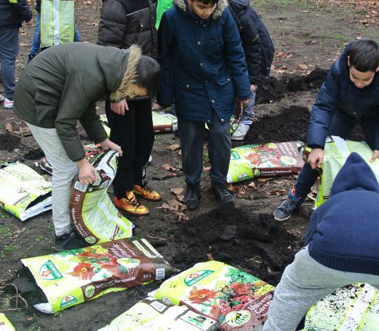 ASB Grünland unterstützt die Arbeit von Ackerdemia mit Bio-Gemüseerde und Bio-Gemüsedünger.