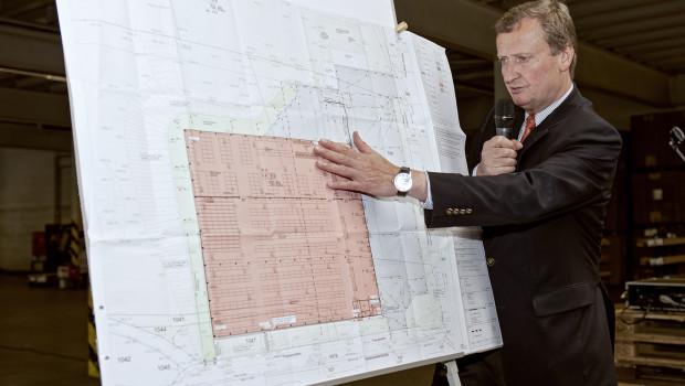 Geschäftsführer Dietrich Alberts stellt der Belegschaft die Planung für die neue Lagerhalle am Unternehmensstandort Herscheid vor.