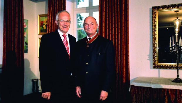 Dem heute 90-Jährigen wurde 1978 von Bundespräsident Walter Scheel (links) das Bundesverdienstkreuz am Bande verliehen.