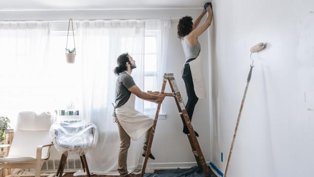 Die Wohnung neu streichen: In Nordamerika und Europa war Farbe eine der gefragtesten Produktgruppen während der Pandemie.
