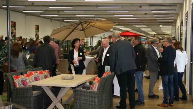 Die Teilnehmer des Gartencenter-Meetings der Eurobaustoff besuchten die Niederlassung des Lieferanten Gautzsch und informierten sich unter anderem über Trends bei Gartenmöbeln.