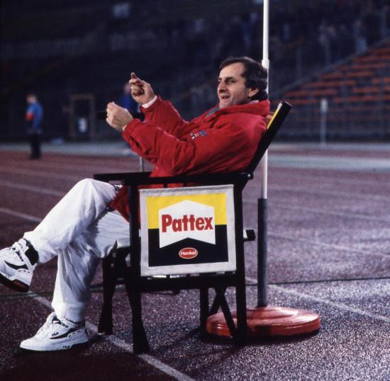 Der Pattex-Trainerstuhl war bereits in den 1990er Jahren ein Markenzeichen von Fortuna Düsseldorf unter ihrem damaligen Trainer Aleksandar Ristic.