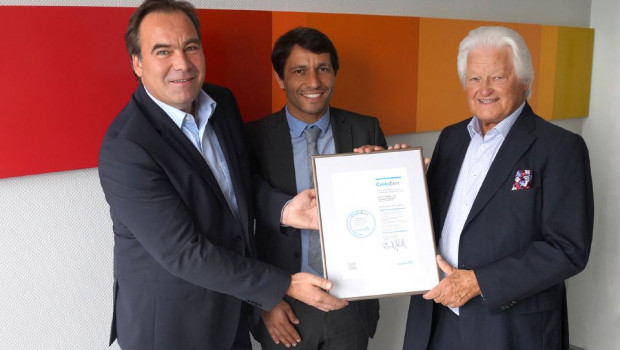 Firmengründer Dieter Schulz (r.) und Geschäftsführer Andreas Spies (l.) nahmen das Zertifikat von Nelson Rodrigues von Creditreform entgegen.