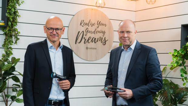 Pär Åström (r.), President der Gardena Division im Husqvarna-Konzern, und Tobias M. Koerner, Vice President Global Sales von Gardena, stellten Zahlen und Projekte auf einer Online-Pressekonferenz vor.