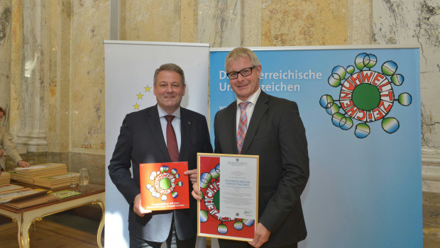 Neudorff-Geschäftsführer Karl-Heinz Dautz (r.) hat die Urkunde aus den Händen von Bundesminister Andrä Rupprechter in Wien entgegengenommen.