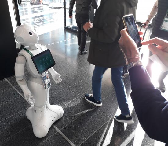 Auch ein kleiner Roboter hat sich unter die Ambiente-Besucher gemischt...