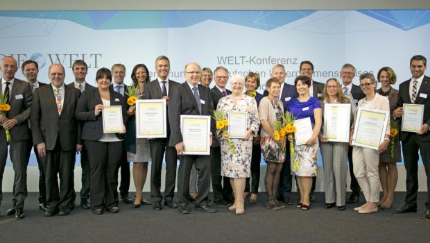 Preisverleihung in Berlin: JWO-Gesundheitsmanager Tobias Elis (r.) nahm den Preis des BKK-Dachverbands im Journalisten-Club des Axel-Springer-Hauses entgegen.