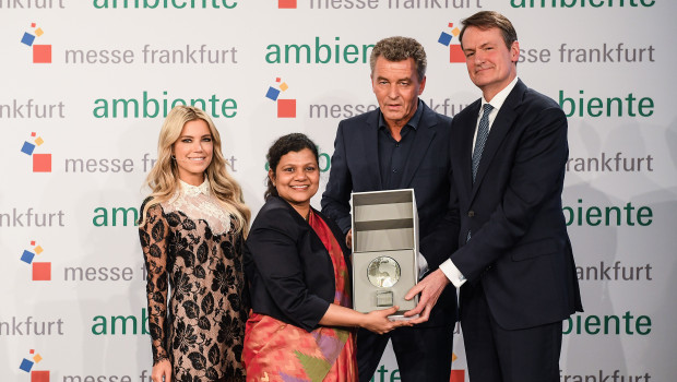 Übergabe des Partnerlandglobus an Indien (von links): die Stylebotschafterin der Niederlande Sylvie Meis, Generalkonsulin Pratibha Parkar, Messechef Detlef Braun und der niederländische Botschafter Wepke Kingma.