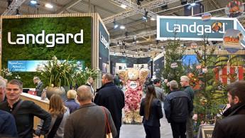Landgard wächst mit Blumen und Pflanzen