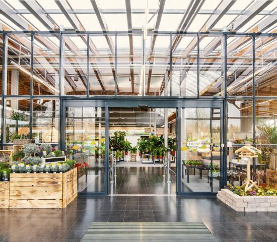 Der Markt erhielt unter anderem ein modernes Portal, das die Besucher in den lichtdurchfluteten Eingangsbereich führt, in dem Pflanzen präsentiert werden.